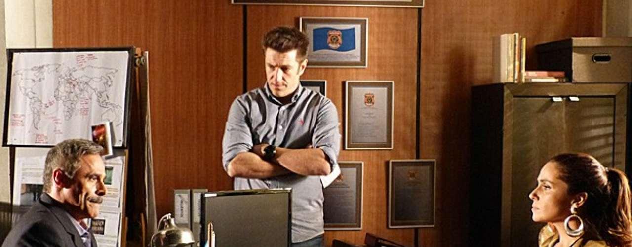 Helô (Giovanna Antonelli) instiga Nunes (Oscar Magrini) a falar e ele acaba relembrando caso em que se envolveu com um bebê traficado por Lívia (Claudia Raia)