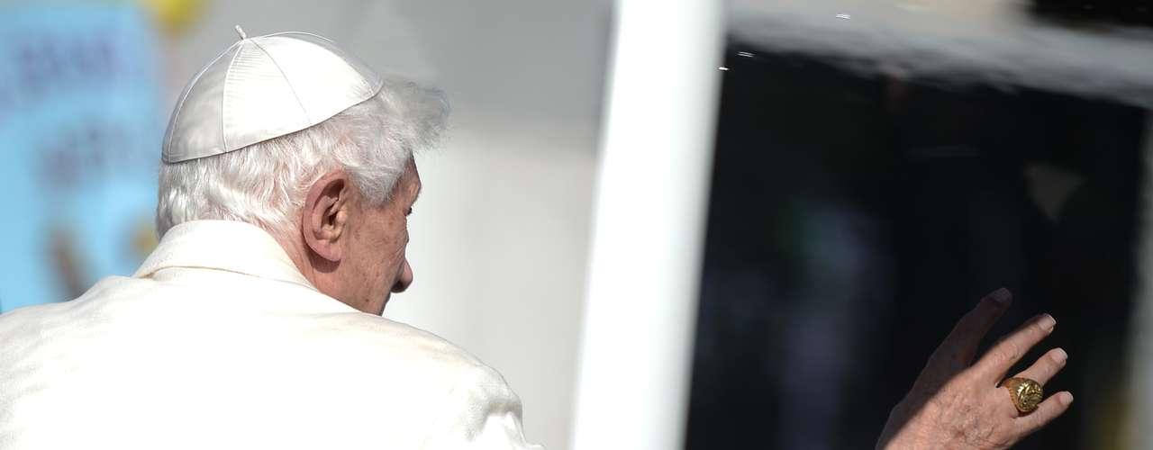Antes de sua última audiência, o Papa acenapara a multidão