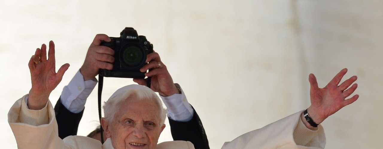 Após chegar a Praça São Pedro, Papa saudou os fiéis