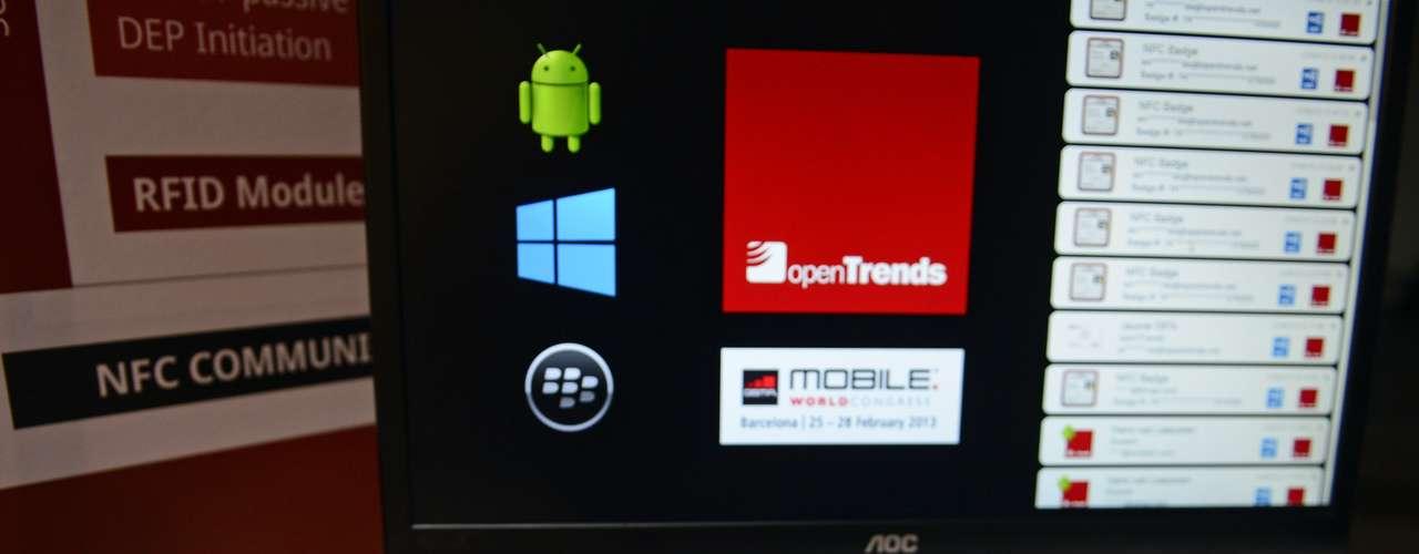 Visitante faz um teste em dispositivos com a tecnologia NFC