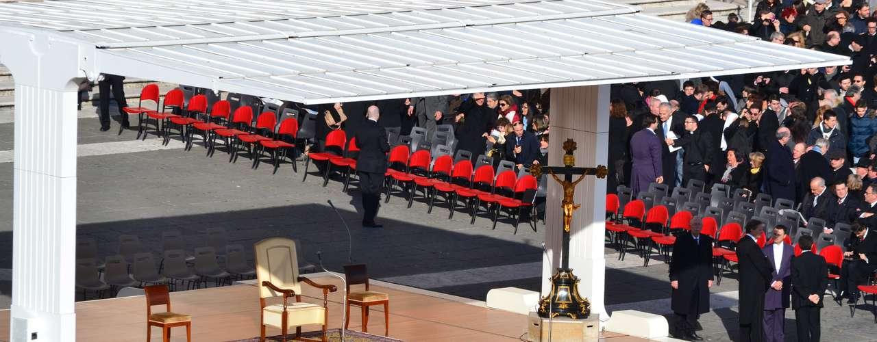 Imagem exibe o altar preparado para o papa Bento XVI antes do início da audiência desta quarta-feira