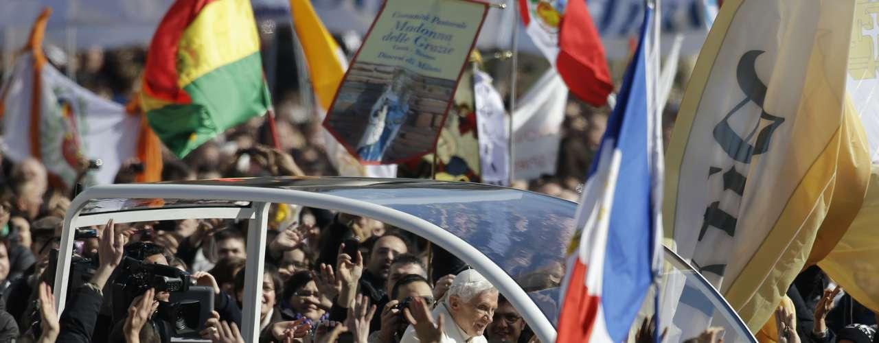 Papa saúda os fiéis de dentro do papamóvel