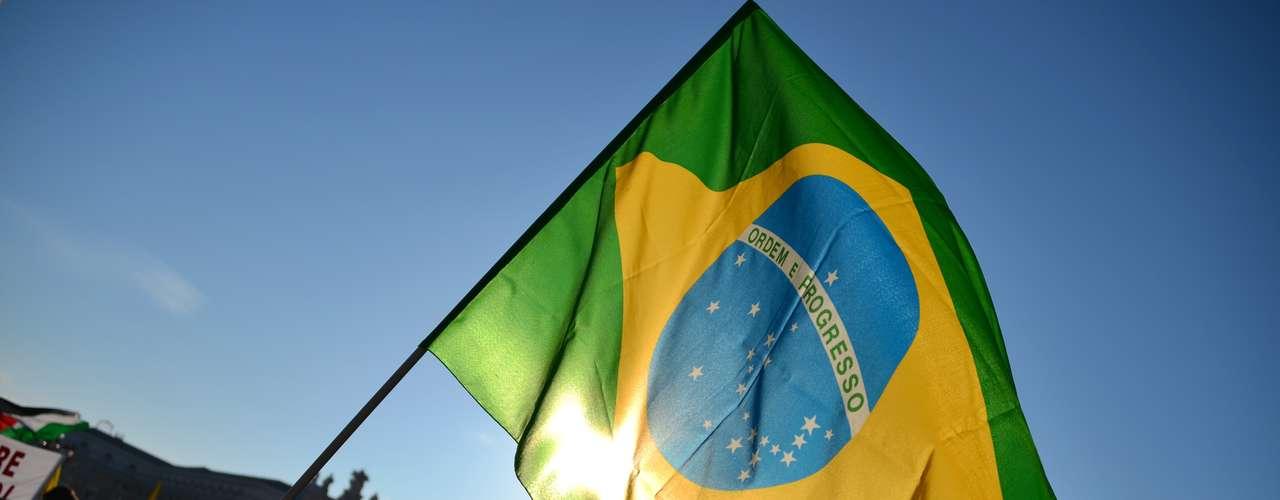Bandeiras de vários países foramvistas na Praça São Pedro durante a última audiência pública de Bento XVI. Entre elas, a do Brasil
