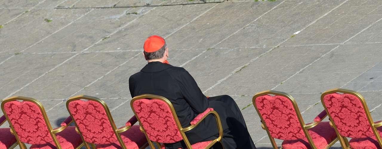 O cardeal aposentado de Los Angeles (EUA), Roger Mahony, que deixou todas as funções públicas e admnistrativas por ser acusado de encobrir casos de pedofilia, toma seu lugar na Praça São Pedro à espera da chegada do Papa