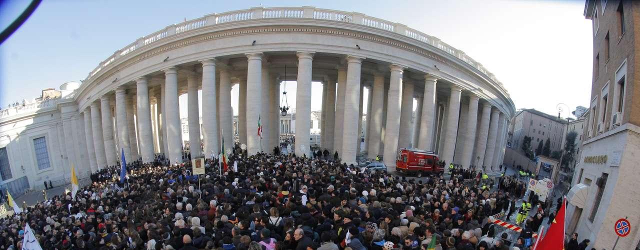 A última audiência semanal do Pontificado de Bento XVI atraiu dezenas de milhares de pessoas à PraçaSão Pedro