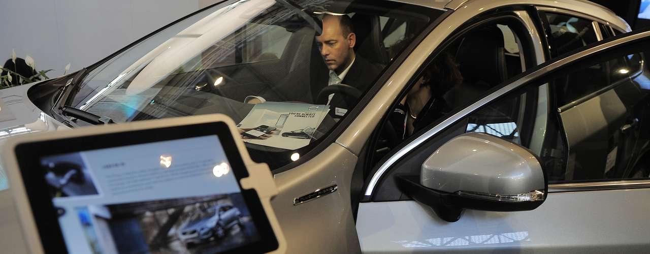O carro Volvo V60 P-IH também é exibido no MWC como um carro conectado