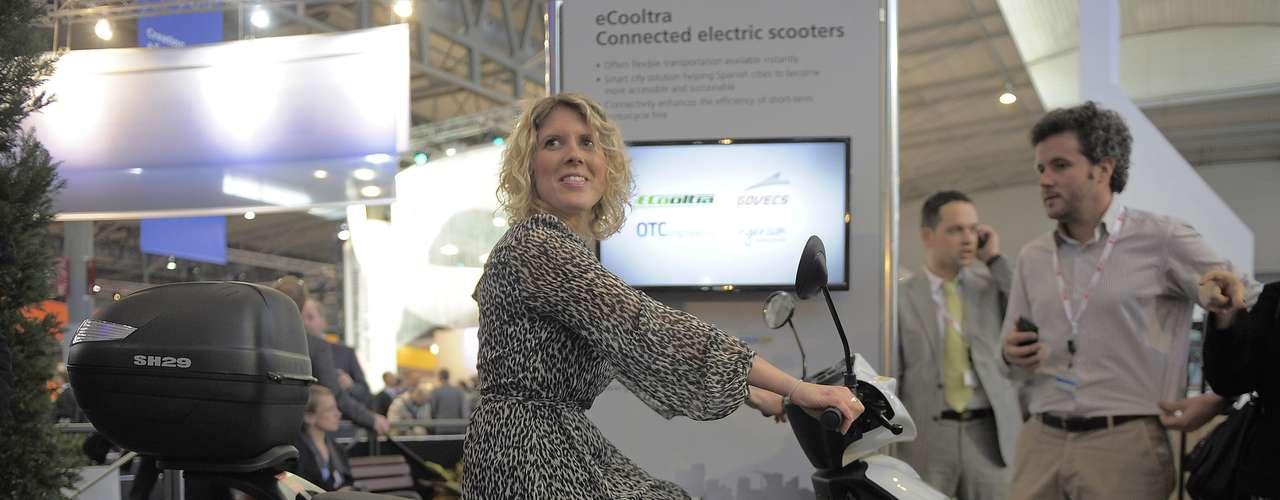 Nos salões da MWC, em Barcelona, também se encontram exemplos da internet das coisas, como essa scooter eCooltra Connected, de uma empresa que aluga o meio de transporte. A ideia é que a moto conectada permita aos usuários saber com mais facilidade onde há uma moto disponível