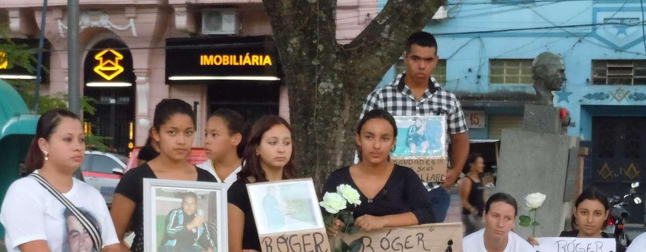 27 de fevereiro - Os jovens também aplaudiram a investigação comandada pelo delegado Marcelo Arigony, da Polícia Civil