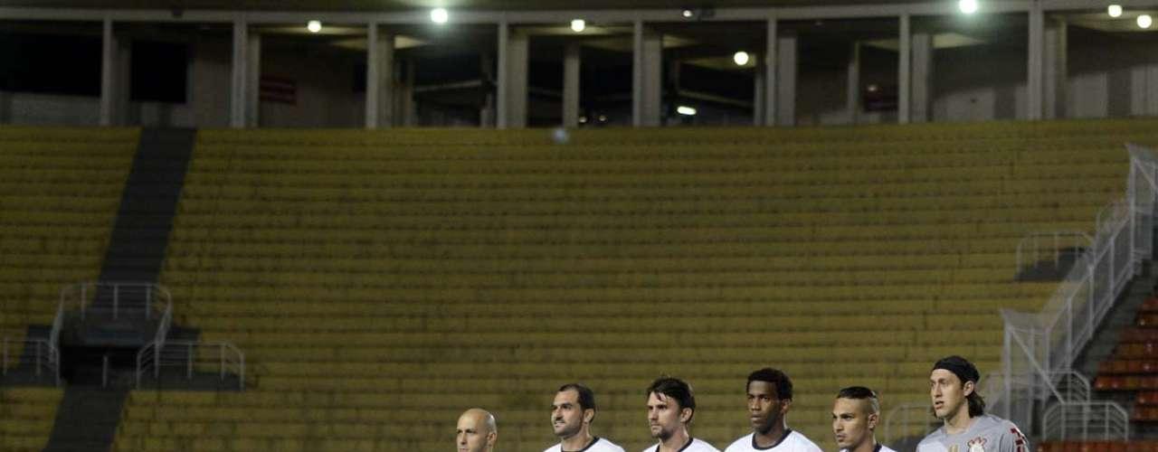 Corintianos posam para foto antes de partida da segunda rodada da fase de grupos da Copa Libertadores