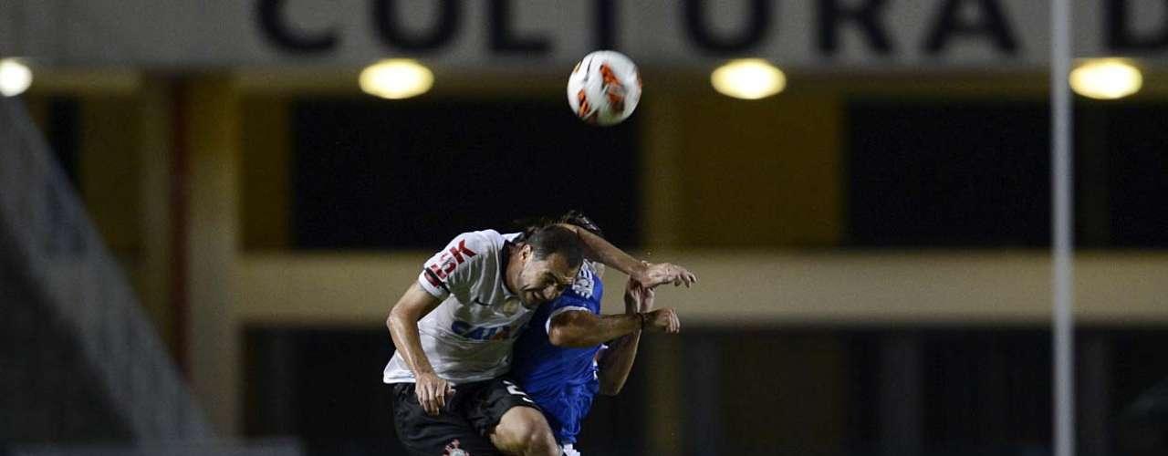 Danilo salta para brigar bola pelo alto