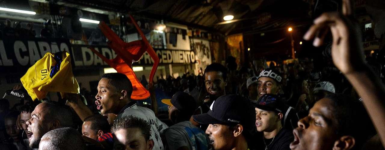 Torcedores levantam cadeiras durante jogo do Corinthians na quadra da Gaviões da Fiel