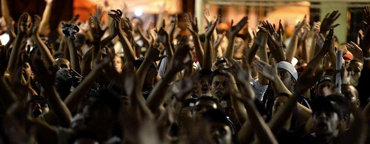 Torcedores cantam em apoio ao Corinthians