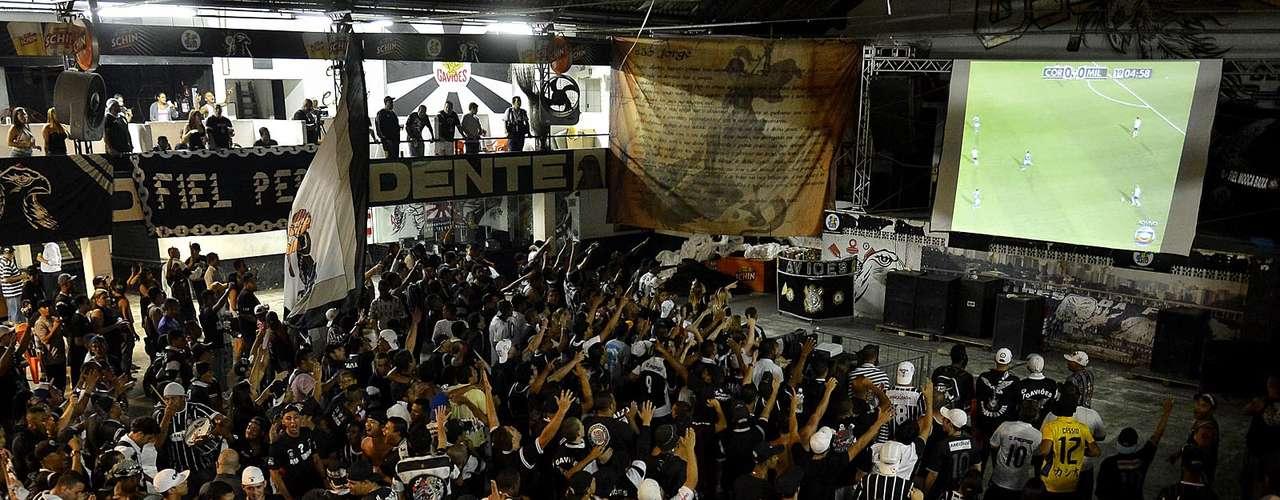 Corintianos fazem festa na quadra da Gaviões da Fiel