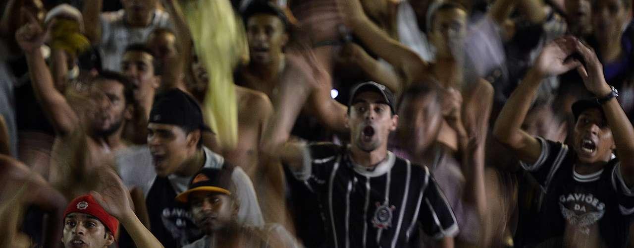 Corintianos cantam durante partida contra o Millonarios