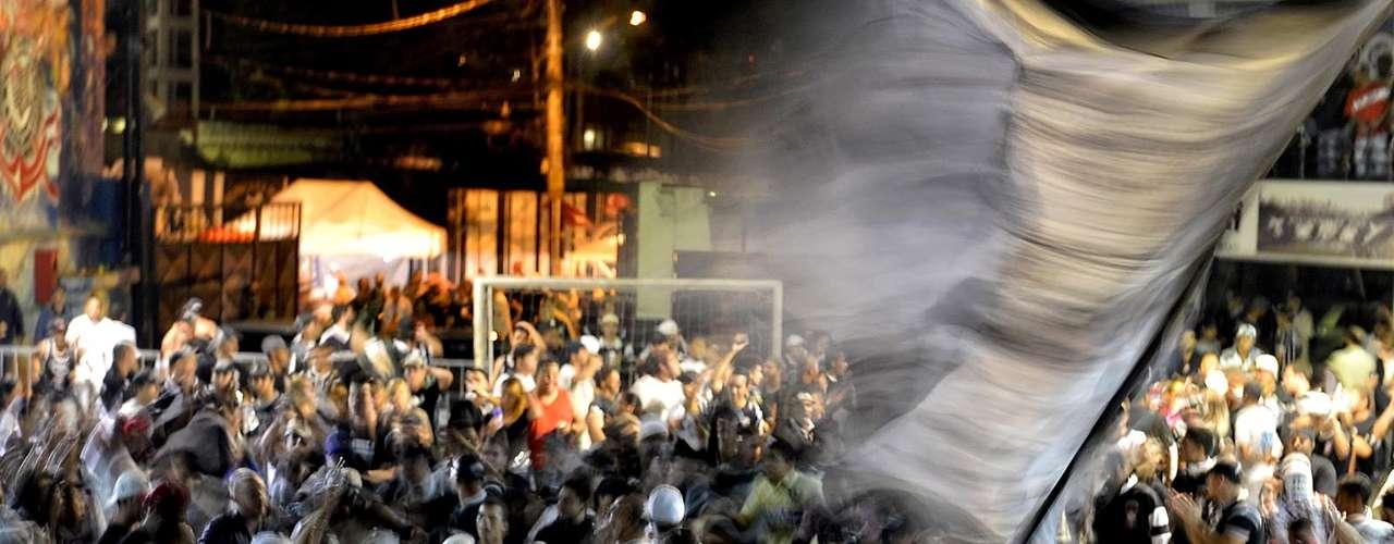 Torcedores se animaram depois que musa da Gaviões ficou de biquíni para fazer matéria para a Rede Bandeirantes