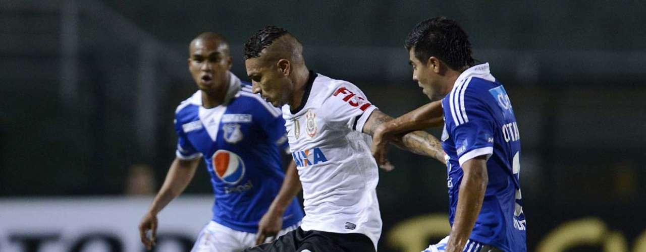 Guerrero tenta escapar da marcação de Otálvaro
