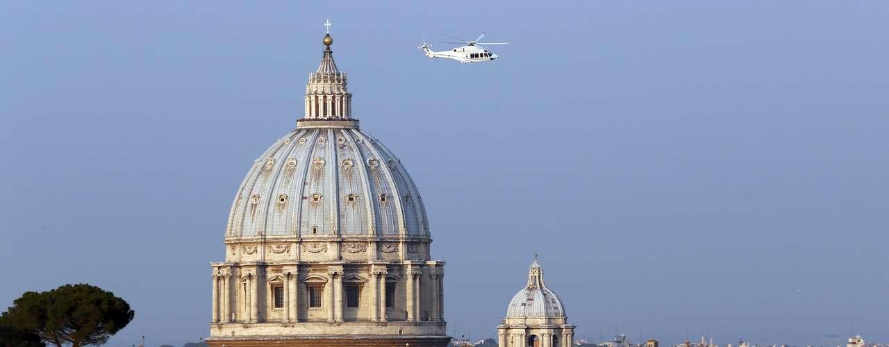 Helicóptero levando o papa Bento XVI é visto logo após decolar de dentro do Vaticano para se dirigir a Castel Gandolfo