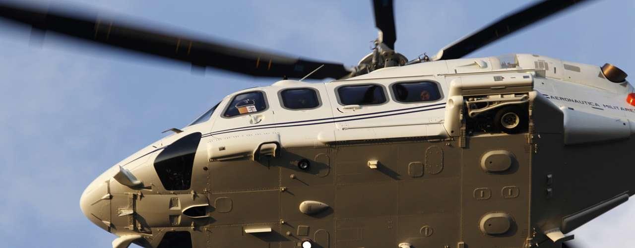 Helicóptero levando o papa Bento XVI se aproxima da cidade de Castel Gandolfo, onde ele passará suas últimas horas como Sumo Pontífice