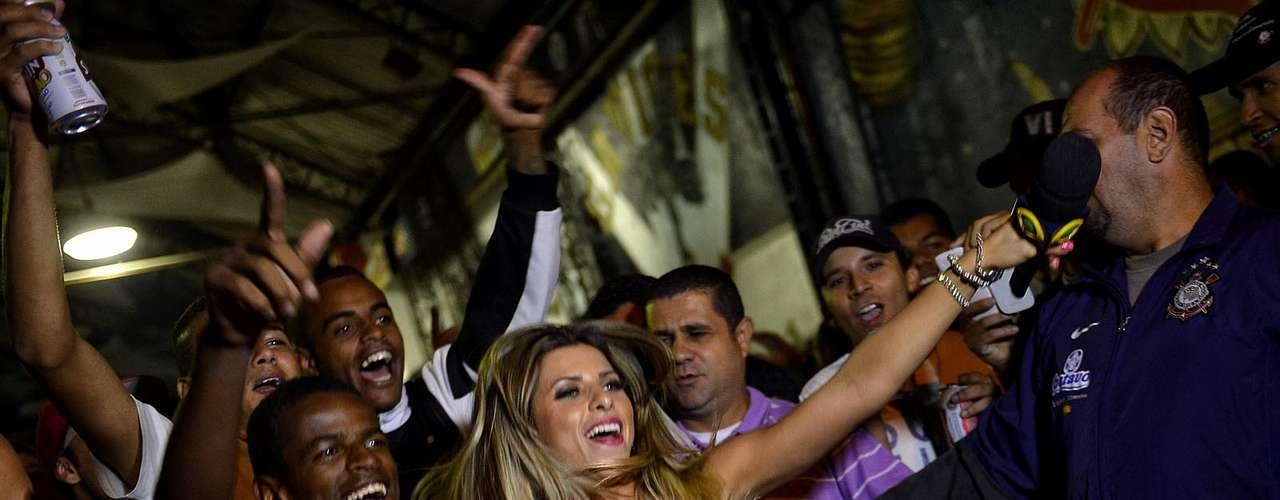 Musa da Gaviões da Fiel, a Panicat Ana Paula Minerato agitou a quadra da organizada, até então tranquila e sem o público esperado antes do confronto do Corinthians com o Millonarios, pela Copa Libertadores