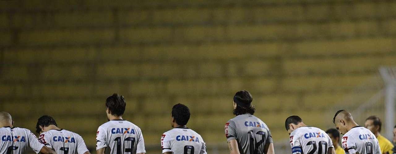 Antes do jogo, houve minuto de silêncio em homenagem ao boliviano Kevin Espada, 14 anos, morto por sinalizador disparado por torcedor do Corinthians