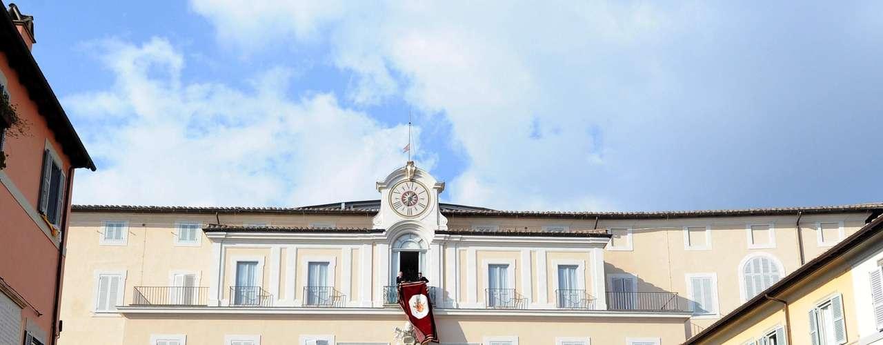 Funcionários do Vaticano finalizam os preparativos na sacada do palácio de Castel Gandolfo momentos antes de o Papa chegar ao local