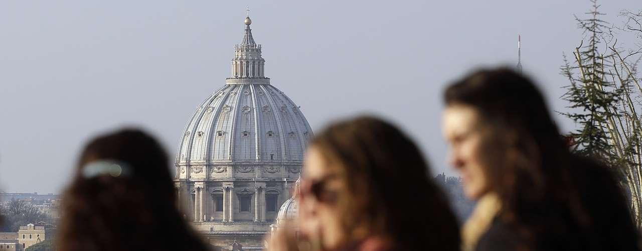Fiéis observam a viagem de helicóptero do Papa nas proximidades do Vaticano