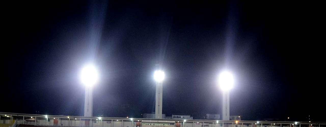 Corinthians e Millonarios posam em Pacaembu vazio
