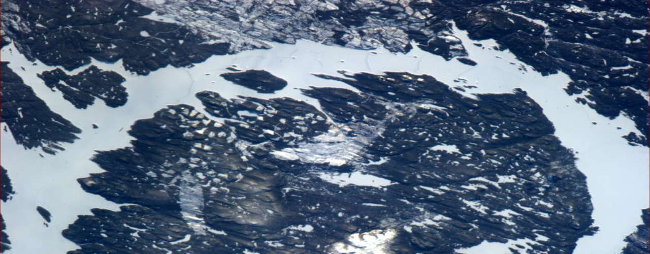 Há 215 milhões de anos, no período Triássico, um objeto com cerca de 5 quilômetros de diâmetro impactou a Terra e originou a Cratera de Manicouagan, a segunda maior do Canadá, com 100 quilômetros de diâmetro. Esta cratera de impacto formou o atual Lago Manicouagan, também conhecido como \