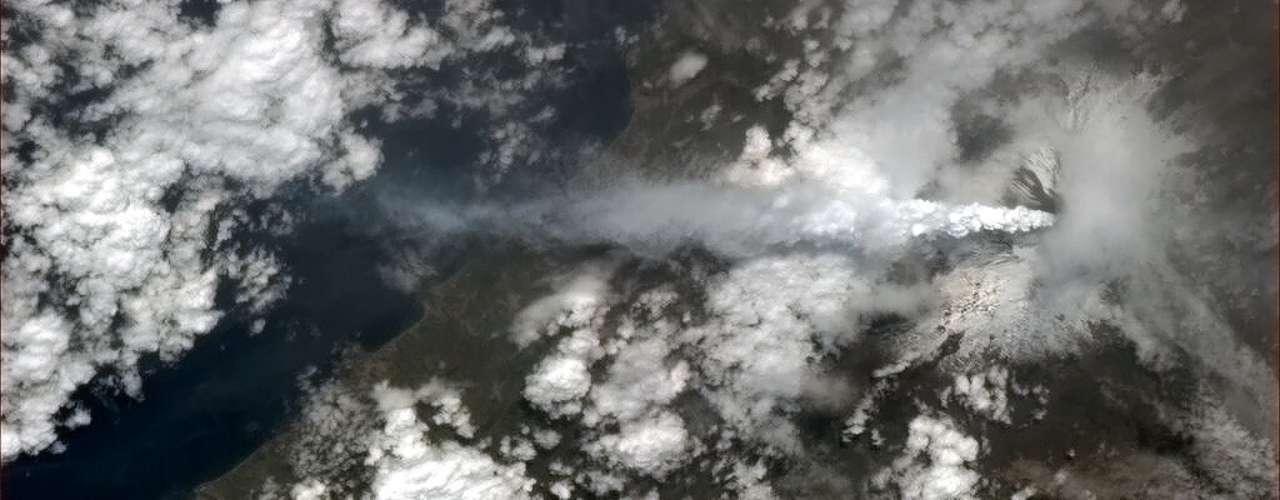 O vulcão Etna, o mais ativo da Europa, entrou em erupção na Itália, lançando fumaça por sobre as nuvens no final de fevereiro