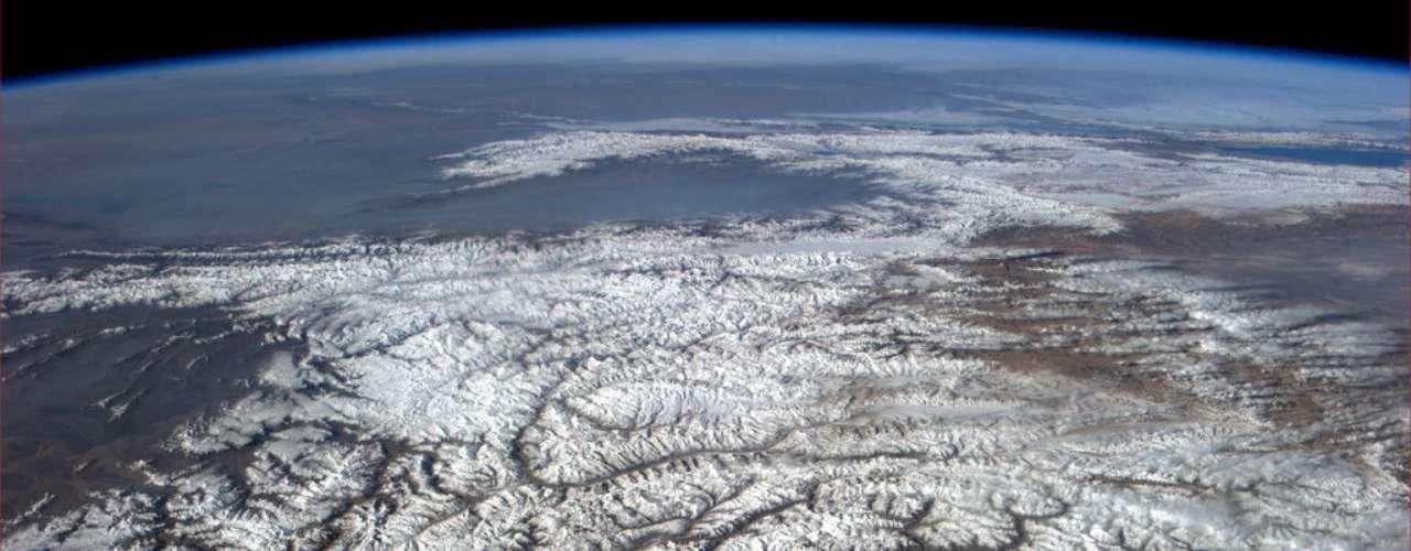 O Himalaia, visto de cima contra o horizonte nesta imagem, traz uma sensação de \