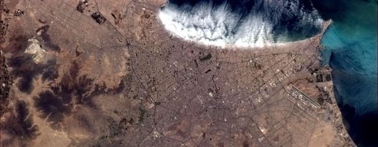 Da órbita terrestre, é possível distinguir o aeroporto de Lima, no Peru, com nuvens vindas do Oceano Pacífico