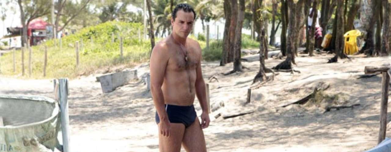 Lívia (Claudia Raia) aproveita o encontro com Théo (Rodrigo Lombardi) na praia para questionar o valor do depósito que o capitão fez para ela como indenização