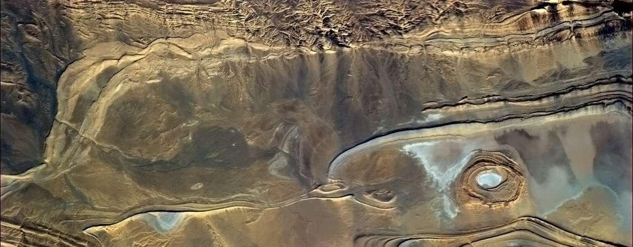 A estrutura rochosa africana fotografada em 23 de fevereiro lembra um golfinho - ou alguma obra de Alfred Hitchcock -, de acordo com Hadfield