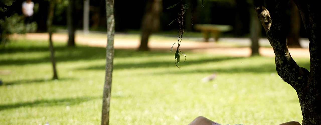 4 de março-Casal aproveita sombra das árvores no Ibirapuera