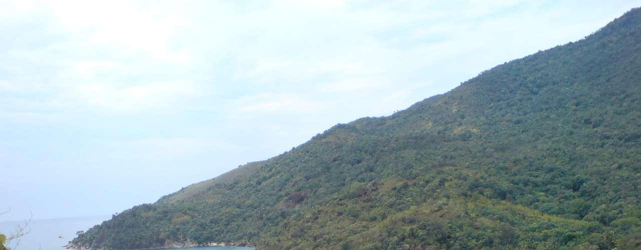 Ilhabela, SP: a cerca de 130 km da capital paulista, Ilhabela encontra-se perto do continente e é acessível por balsas que partem de São Sebastião. São mais de 36 km de praias entre as quais se destaca a praia de Castelhanos, ao leste da ilha, acessível apenas de barco ou de 4 x 4