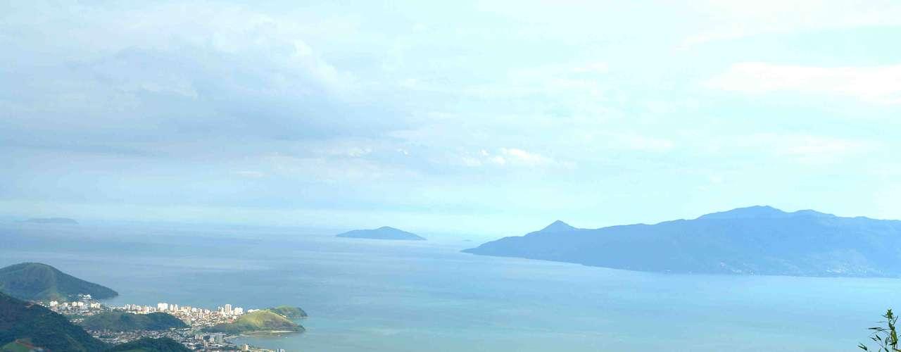 Caraguatatuba, SP: situada entre Ubatuba e São Sebastião, Caraguatatuba tem 40 km de lindas praias e uma boa infraestrutura com lojas, restaurantes, hotéis e pousadas. Com as belezas da Mata Atlântica como pano de fundo, Caraguá tem magníficos pontos como Tabatinga, com águas calmas e cristalinas, ou a praia de Martin de Sá, tradicional ponto de encontro de jovens