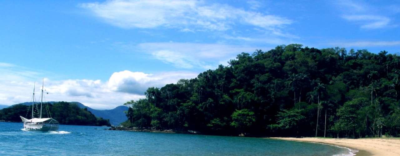 Angra dos Reis, RJ: a 150 km do Rio de Janeiro, Angra dos Reis é um paraíso natural com águas cristalinas e lindas paisagens. Angra tem mais de 350 ilhas e 2 mil praias, com lugares perfeitos para mergulhar, relaxar e aproveitar o sol, como a badalada Praia do Dentista