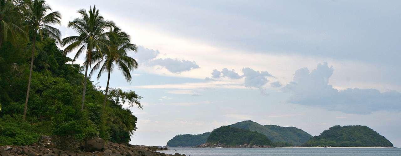 Barra do Sahy, SP: em forma de ferradura, a praia de Barra do Sahy tem areias finas e águas calmas e claras, perfeitas para relaxar e curtir o sol em família. No canto sul da praia, grandes rochedos formam piscinas naturais, e no norte, os visitantes encontram a Vila Caiçara, com sua charmosa capela