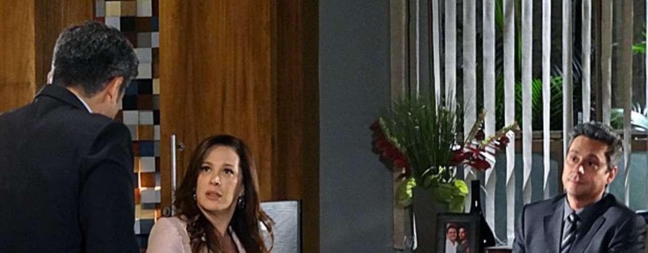 Lívia (Claudia Raia) fica sabendo que Haroldo (Otaviano Costa) reconheceu Russo (Adriano Garib) em fotos mostradas por Helô (Giovanna Antonelli)