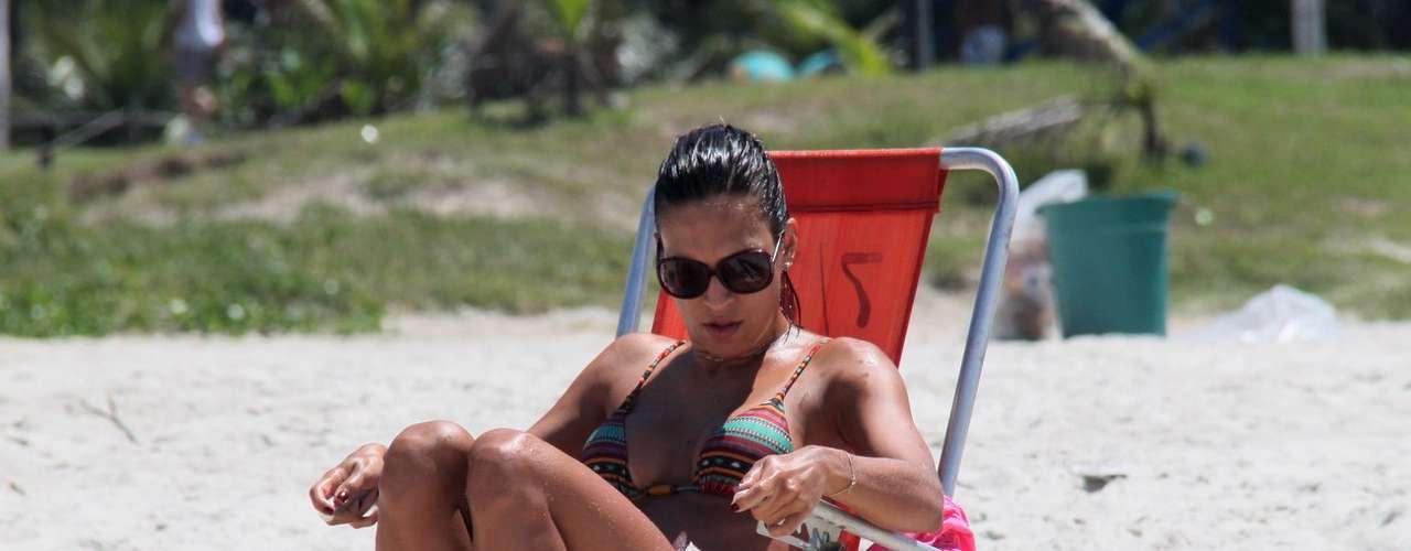Março 2013 -Talitha Morete, repórter do Domingão do Faustão, aproveitou a segunda-feira (4) ensolarada para curtir a praia da Barra da Tijuca, no Rio de Janeiro