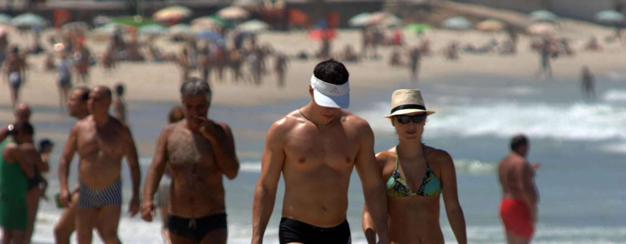 4 de março-Casal passeia nas areias de Ipanema, no Rio de Janeiro