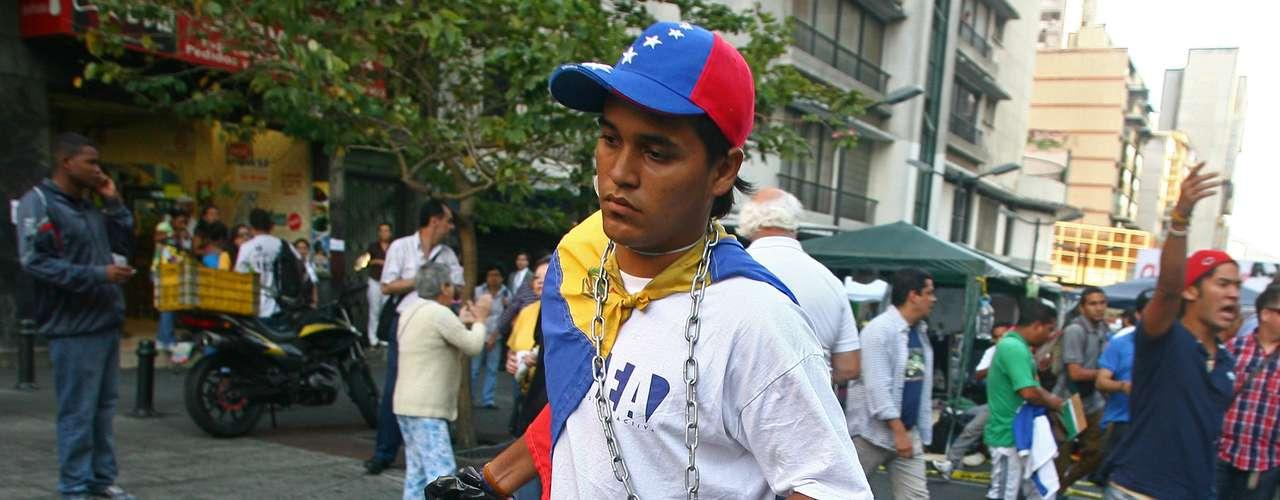 5 de março -Estudante venezuelano que se acorrentou exigindo do governo informações sobre o estado de saúde de Chávez deixa local após anúncio da morte