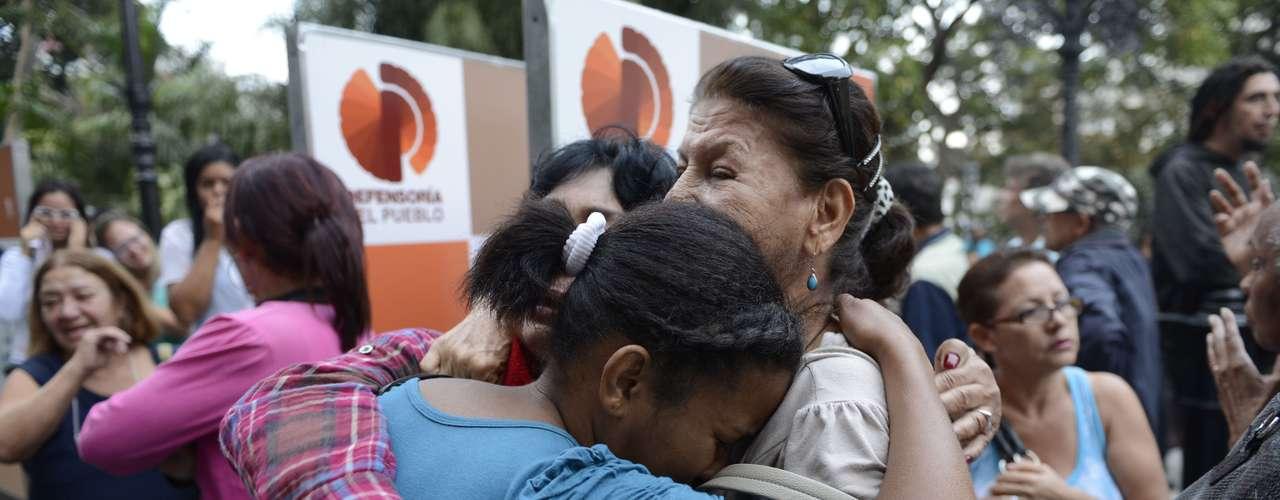 5 de março -Venezuelanas se abraçam ao receber da notícia da morte de Chávez