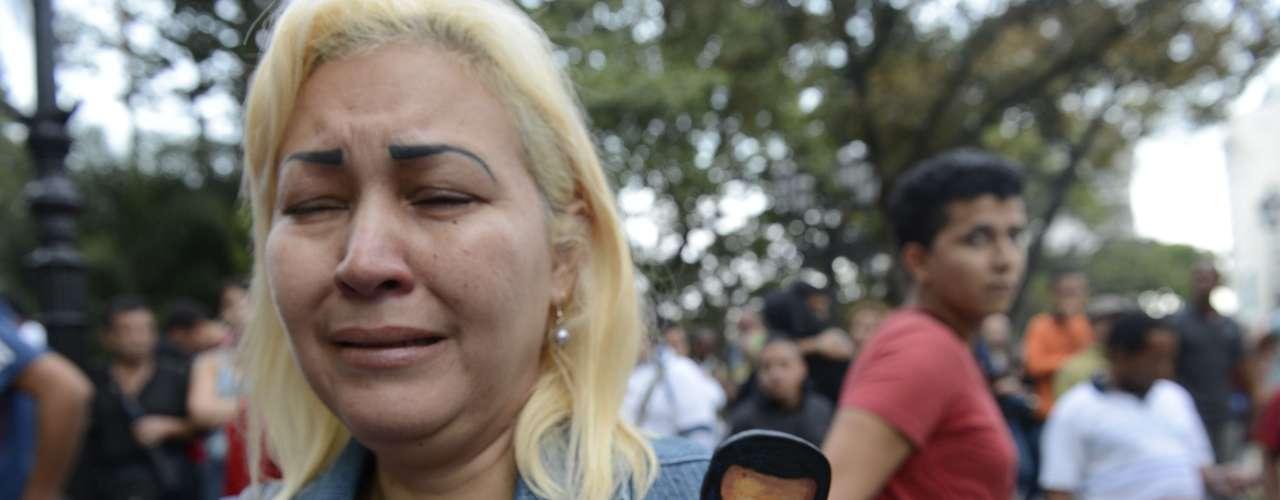 5 de março -Mulher segura imagem do líder venezuelano