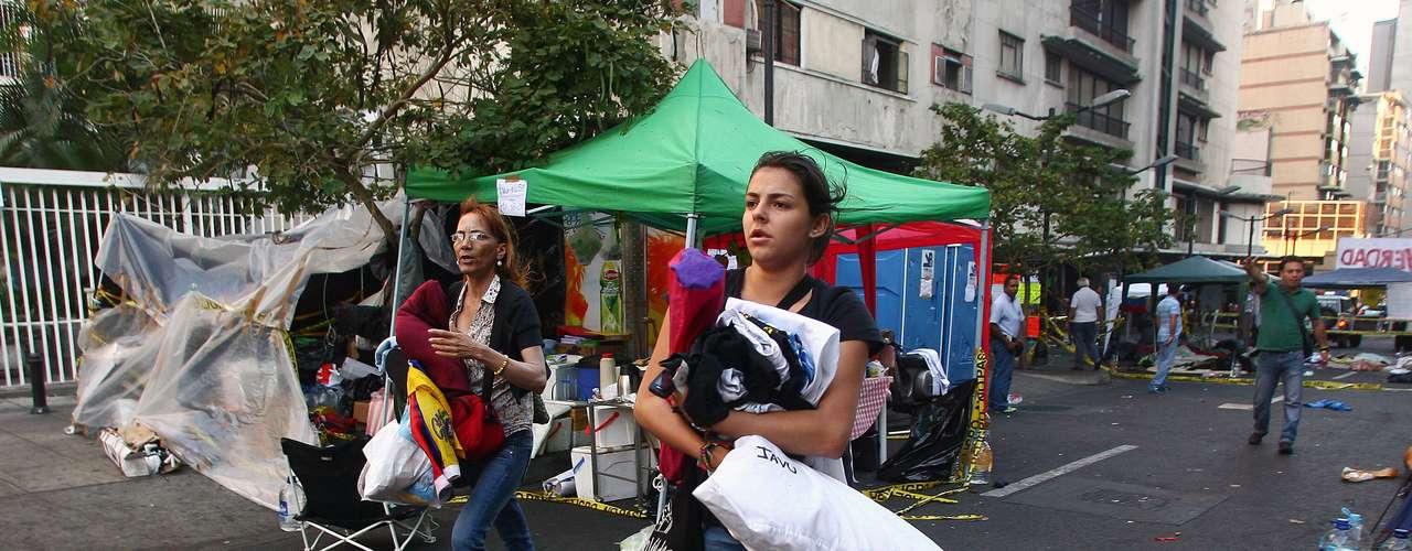 5 de março -Estudantes que se acorrentaram exigindo do governo informações sobre o real estado de saúde de Chávez deixam acampamento após anúncio da morte do presidente venezuelano