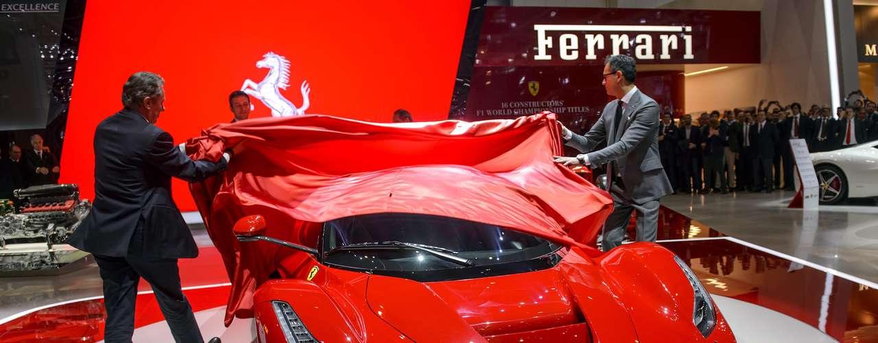 A Ferrari apresentou nesta terça-feira em Genebra, na Suíça, seu primeiro modelo híbrido