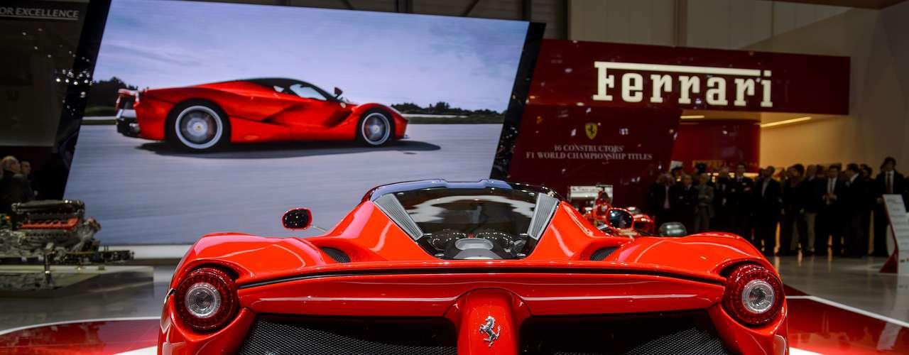 Com essa potência, o modelo acelera a 100 km/h em menos de 3 segundos, e alcança 300 km/h em 15 segundos, de acordo com a fabricante