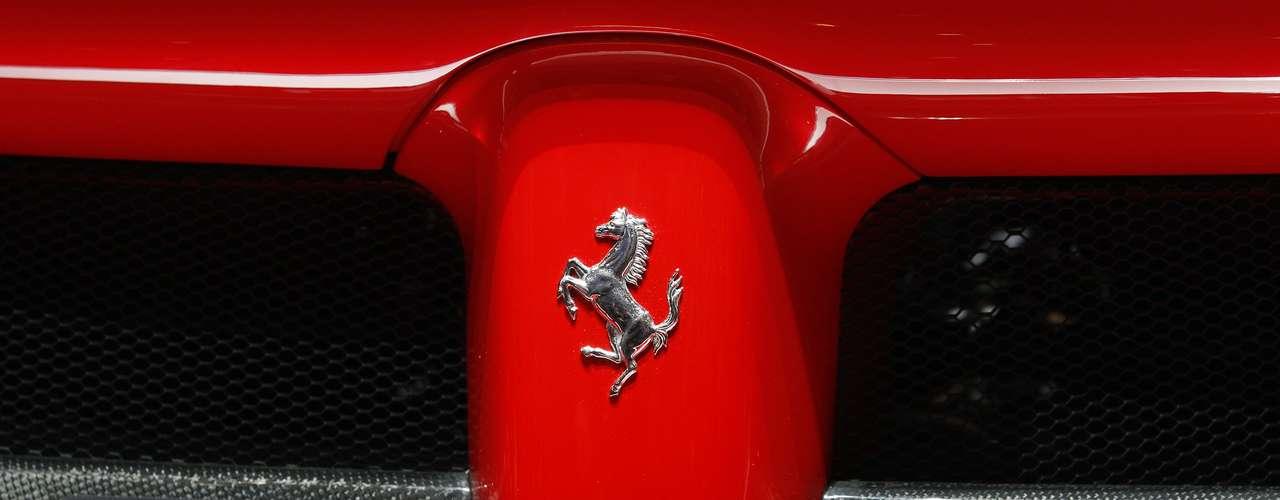 Estas marcas e velocidade máxima superior a 350 km/h colocam o híbrido como modelo mais rápido da história da Ferrari