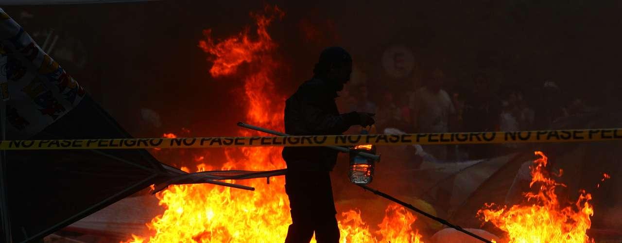 5 de março -Bombeiro apaga incêndio provocado por apoiadores de Chávez em acampamento de estudantes que estavam acorrentados exigindo informações sobre a saúde do presidente. Eles deixaram o local logo depois do anúncio da morte do presidente venezuelano