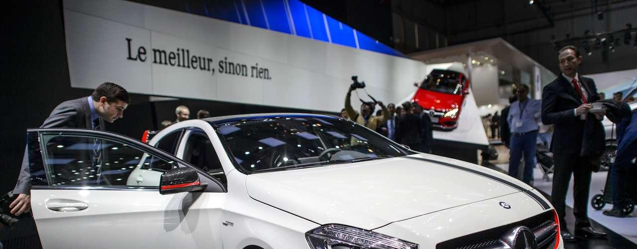 O A 45 AMG foi equipado com um motor 2.0 l turbo que entrega 364 cavalos de potência - segundo a Mercedes, o propulsor de quatro cilindros mais potente do mundo